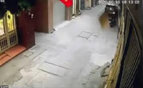 Camera giao thông: Bị kẹt ga, người phụ nữ lao xe vào thẳng cửa nhà dân