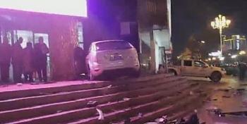 Camera giao thông: Nữ tài xế lao thẳng xe lên thềm cao của trung tâm thương mại