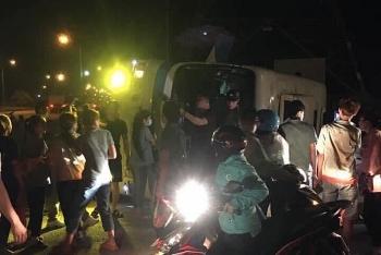 Tai nạn giao thông sáng 14/10: Ô tô chở công nhân lật đè xe máy, 1 người chết, nhiều người bị thương