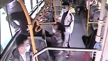 Video: Trộm tiền trên xe buýt nhưng bị phát hiện, tên trộm liều mình nhảy qua cửa sổ để trốn thoát