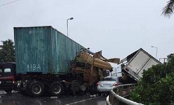 Tai nạn giao thông chiều 14/10: Va chạm kinh hoàng giữa 3 ô tô, 2 tài xế bị thương, phương tiện biến dạng