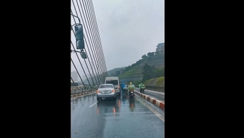 Camera giao thông: Ô tô nối hàng dài di chuyển chậm để chắn gió to cho xe máy giữa bão lớn