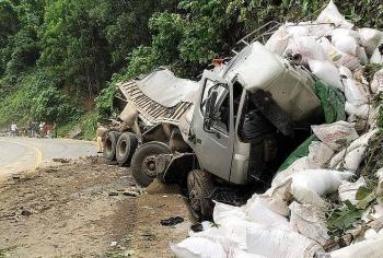 Tai nạn giao thông sáng 15/10: Xe tải lao vách đá biến dạng, tài xế tử vong mắc kẹt trong cabin