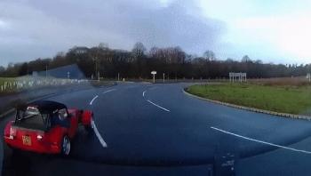 Camera giao thông: Ôtô mất kiểm soát xoay vòng trên cao tốc sau mưa