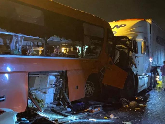 Tai nạn giao thông chiều 15/10: Tài xế xe khách vượt ẩu gây tai nạn thảm khốc tại đường dẫn Nam hầm Hải Vân