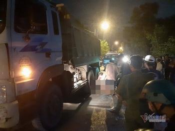Tai nạn giao thông sáng 17/10: Tránh ổ gà giữa đường Sài Gòn, thanh niên bị xe tải cán
