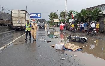 Tai nạn giao thông chiều 17/10: Tránh vũng nước, đôi nam nữ bị xe tải cán tử vong