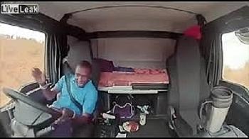 Video: Bị cướp tấn công, tài xế xe tải phản xạ như chớp, tránh 2 phát đạn bắn thẳng vào cabin