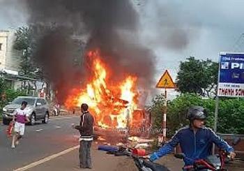 Tai nạn giao thông sáng 20/10: Đang lưu thông, xe ôtô đột nhiên bốc cháy dữ dội trên Quốc lộ 20