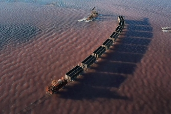 Video: Kỳ lạ đoàn tàu chạy bon bon trên mặt hồ nước màu hồng