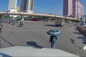 Camera giao thông: Mặc tài xế container bấm còi inh ỏi, cô gái vẫn thong dong đi bộ trước đầu xe
