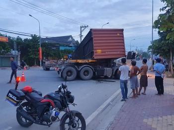 Tai nạn giao thông chiều 23/10: Xe container lật thùng trong quá trình quay đầu, đè tài xế tử vong trong cabin