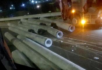 Tai nạn giao thông sáng 24/10: Hàng chục cột điện cao áp trên xe đầu kéo văng xuống đường, gây họa cho xe khách