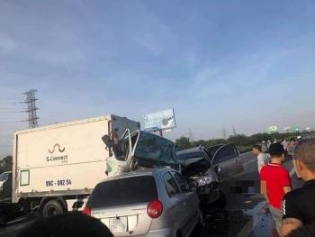 Tai nạn giao thông chiều 25/10: Ô tô lao lên dải phân cách trên cao tốc Hà Nội - Bắc Giang, đâm 2 người chết