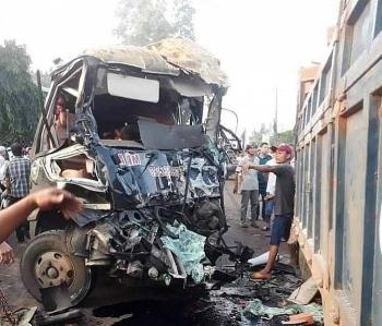 Tai nạn giao thông chiều 26/10: Xe tải chở gạch đâm trực diện xe khách, 2 tài xế kẹt cứng trong cabin