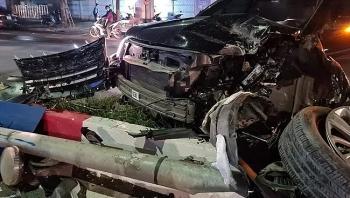 Tai nạn giao thông sáng 27/10: Đầu xe Ford Explorer nát tươm sau khi đâm đổ hàng loạt biển báo