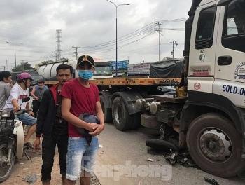 Tai nạn giao thông chiều 28/10: Dùng xe cẩu nâng bánh container giải cứu người phụ nữ bị cán thương tâm