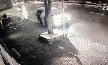 Camera giao thông: Innova tông tử vong cụ bà ngồi nhóm bếp than trên vỉa hè rồi rồ ga tháo chạy