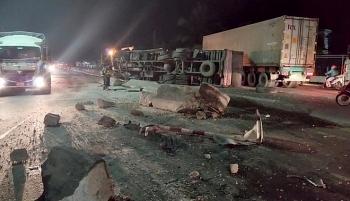 Tai nạn giao thông chiều 31/10: Xe tải mất lái đâm tung dải phân cách rồi lật nghiêng, xe con lao tới hứng