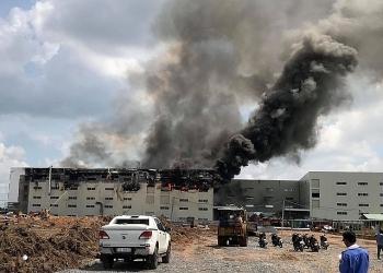 Video: Khói đen cuồn cuộn, lửa bao trùm công ty sản xuất bàn ghế ở Bình Dương