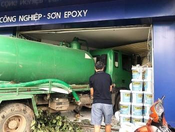 Tai nạn giao thông chiều 4/11: Xe bồn tông xe máy rồi lao vào nhà dân ở Hà Nội
