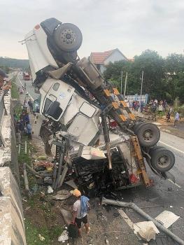Tránh ổ gà, xe container lao từ cầu vượt cắm thẳng xuống đường vỡ vụn
