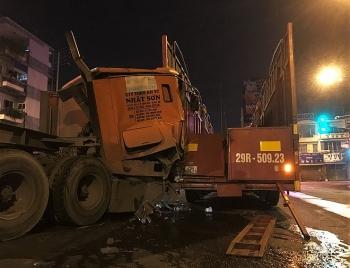 Tai nạn giao thông sáng 10/11: Hai xe đầu kéo tông nhau, cabin bẹp rúm, tài xế thoát chết