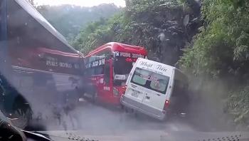 Camera giao thông: Xe khách giường nằm đâm dúi dụi vào xe 16 chỗ, nhiều người hoảng sợ la hét