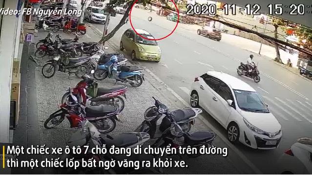 Camera giao thông: Xe vừa làm lốp xong, chạy được vài quãng lốp đã bật văng lông lốc ra đường