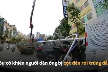 """Video: Người đàn ông """"oan gia ngõ hẹp"""", bất thình lình bị cột đèn đổ đập trúng đầu khiến xay xẩm mặt mày"""