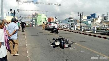 Tai nạn giao thông sáng 17/11: Va chạm với xế hộp trên cầu Kim Sơn, người đàn ông văng xuống đường được dân tức tốc đưa vào viện