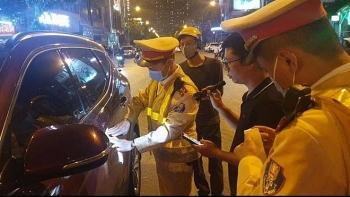 Tai nạn giao thông sáng 24/11: Đèn xanh không chịu di chuyển, tài xế có biểu hiện say rượu khóa cửa xe rồi bỏ đi