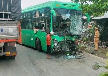 Tai nạn giao thông chiều 30/11: Xe khách và xe bồn tông trực diện rồi lao tiếp vào hàng rào, càn quét hàng chục xe máy