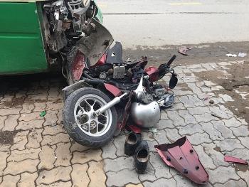 Tai nạn giao thông chiều 1/12: Cụ ông chạy xe máy tông người đi bộ rồi lao vào đầu xe buýt bất tỉnh