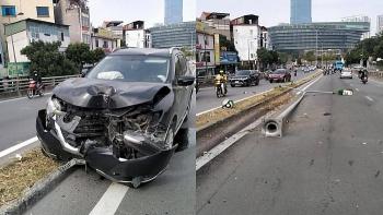 Tai nạn giao thông chiều 2/12: Tài xế buồn ngủ để ô tô leo dải phân cách, đâm bay cột đèn cầu vượt Mễ Trì