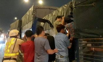 Tai nạn giao thông sáng 3/12: 8 ô tô tông liên hoàn trên cầu vượt ở Sài Gòn, 2 tài xế mắc kẹt gào thét kêu cứu