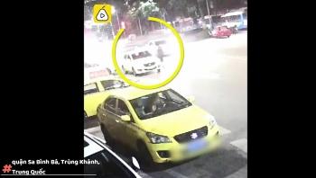 Camera giao thông: Tài xế taxi quên khóa cửa xe, bợm nhậu tiện tay lái mất xe