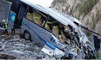 Xe buýt mất lái lao qua dải phân cách cầu vượt rồi rơi từ độ cao 15 mét, ít nhất 40 người thương vong