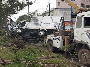 Tai nạn giao thông chiều 9/12: Xe tải tông gãy 2 cây xanh rồi lật ngang, tài xế và phụ xe thoát chết, bò ra từ cabin