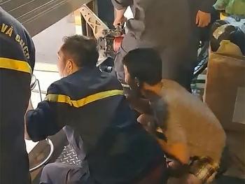 Video: Cảnh sát nỗ lực phá cửa cuốn, cứu 5 người mắc kẹt trong cửa hàng