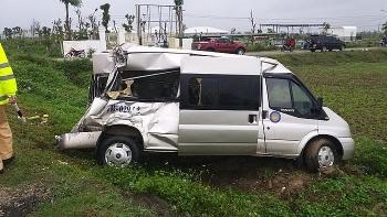 Tai nạn giao thông chiều 15/12: Container đâm liên hoàn vào xe khách và xe 7 chỗ, một phương tiện văng xuống ruộng