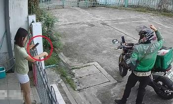 Video: Lon ton nhận hàng nhưng mắt vẫn dán vào điện thoại, cô gái lĩnh cú ngã như trời giáng