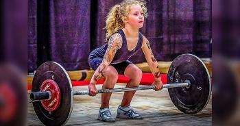 """Video: Bé gái 7 tuổi cao chưa tới 1,2 nhưng nâng tạ 80 kg """"dễ như ăn kẹo"""" khiến nhiều người ngỡ ngàng"""