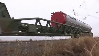 Video: Cận cảnh màn nạp tên lửa Avangard vào hầm phóng của Nga