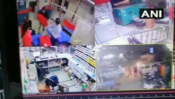 """Camera giao thông: Y bác sĩ đang làm việc phải chạy tán loạn vì bị xe """"điên"""" tấn công"""