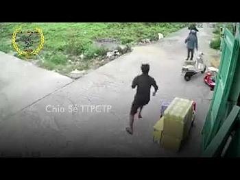 """Video: Đang phá khóa trộm xe, """"đạo chích"""" hốt hoảng tháo chạy vì bị chủ nhà phát hiện, cầm dao đuổi"""