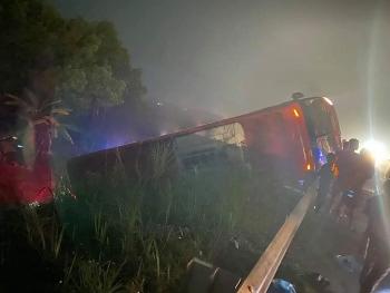 Tin tức tai nạn giao thông sáng 30/12: Xe khách giường nằm lật ngang trên cao tốc Nội Bài - Lào Cai, hành khách hoảng loạn