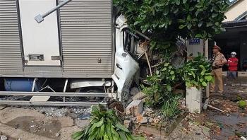 Tin tức tai nạn giao thông chiều 30/12:  Xe tải mất phanh đâm vào 5 ô tô đang đậu bên đường, cuốn xe máy vào gầm