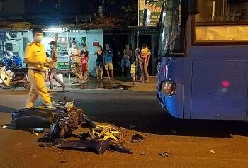 Tin tức tai nạn giao thông sáng 31/12: Đối đầu xe buýt, xe máy gãy đôi, 1 người bị thương nặng