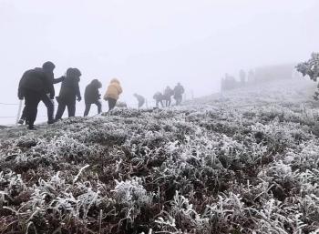 Ùn ùn lên đỉnh Mẫu Sơn ngắm băng tuyết